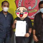 Korban KHS (tengah) didampingi orang tua (kanan) dan Kuasa Hukum, menunjukan bukti laporan di Kantor Pusbakum SAW.